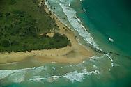 Bocas del Toro es una provincia de Panam&aacute; y su capital es la ciudad hom&oacute;nima de Bocas del Toro. Tiene una extensi&oacute;n de 4 643,9 km?, una poblaci&oacute;n de 125,461 habitantes (2010)1 y sus l&iacute;mites: al norte con el mar Caribe, al sur con la provincia de Chiriqu&iacute;, al este y sureste con la comarca Ng&auml;be-Bugl&eacute;, al oeste y noroeste con la provincia de Lim&oacute;n de Costa Rica; y al suroeste con la provincia de Puntarenas de Costa Rica. La provincia incluye la isla Escudo de Veraguas que se encuentra en el golfo de los Mosquitos y separada del resto por la pen&iacute;nsula Valiente.<br /> <br /> En la provincia de Bocas del Toro, la geograf&iacute;a y la cultura han influido las relaciones de producci&oacute;n: agr&iacute;colas en tierra firme (Changuinola, Almirante, Guabito y Chiriqu&iacute; Grande) con poblaci&oacute;n mayoritariamente ind&iacute;gena y cuyo principal cultivo es el banano que registra un gran aporte al pa&iacute;s en cuanto a exportaci&oacute;n, principalmente a los Estados Unidos y Europa; y tur&iacute;stica - de servicios en el archipi&eacute;lago (Bastimentos y Bocas Isla tambi&eacute;n llamada Isla Col&oacute;n) con poblaci&oacute;n latina -afroantillana, cuya econom&iacute;a se basa en el turismo, los servicios y la pesca.<br /> <br /> Los parques nacionales en la provincia son Isla Bastimentos Parque Marino Nacional (Parque Nacional Marino Isla Bastimentos), que contiene la mayor parte de la Isla Bastimentos y algunas islas cercanas m&aacute;s peque&ntilde;as, y el Parque Internacional La Amistad (Parque Internacional La Amistad), que se extiende por el Costa Rica-. frontera Panam&aacute;  Bocas del Toro contiene la mayor parte de la secci&oacute;n paname&ntilde;a del parque, que cubre 400.000 hect&aacute;reas (4.000 km2, 1544 millas cuadradas). La secci&oacute;n costarricense del parque abarca 584.592 hect&aacute;reas (5.846 km2, 2257 millas cuadradas). Parque Internacional La Amistad, declarado P