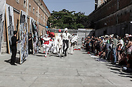 """Nel piazzale delcarcere di Volterra, lo spettacolo coi detenuti attori della compania della Fortezza. Tratto da """"Romeo e Giulietta - Mercuzio non vuole morire"""" di W. Shakespeare, regia Armando Punzo."""