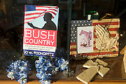 Crawford, Texas, USA.Fenster des Red Bull Souvenierladens auf dem Lone Star Parkway, Ladenbesitzerin ist Jamie Burgess (44)..window of the souvenir shop 'Red Bull'  on Crawford's Lone Star Parkway, store owner is Jamie Burgess (44)..Crawford, Texas, is the hometown of outgoing President George W. Bush, who bought the Prairie Chapel Ranch, located seven miles (10 km) northwest of town, in 1999. The farm was considered the Western White House of the President, who is leaving soon for a new home in  Dallas. His departure will bring major changes to this small town (population: 705), which had in part made a living by catering to the tourist, press and protesting crowds that came to visit. At the same time they are very tired of it all and seem to be glad that life can finally get back to normal now...©Stefan Falke