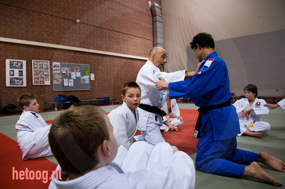 nederland,deventer,11april2012 Gerben Koops en Assistent Mario (blauw pak) judo voor kinderen met een beperking