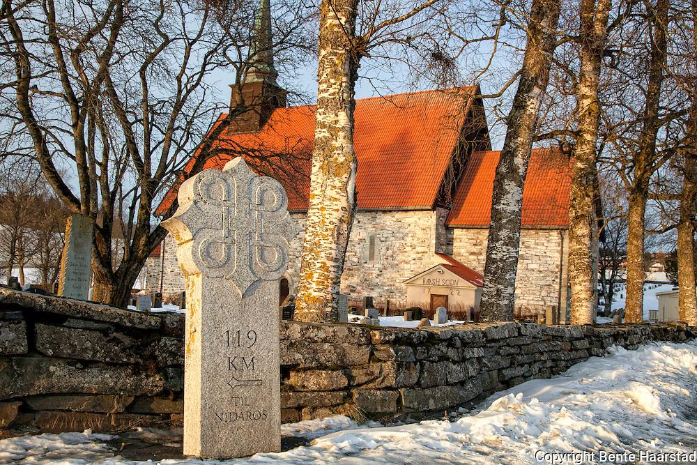 Stiklestad kirke, Verdal i Nord-Trøndelag. Bygget ca 1180. Arkitekten for kirka antas være erkebiskop Øystein Erlendsson. I følge tradisjonen satt opp på stedet hvor Olav Digre Haraldsson falt under slaget på Stiklestad.