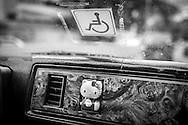 Detalle del vehículo de la psicólogo clínico, Carolina Mora. Además de tener una discapacidad por sufrir polio Carolina, es docente en el Centro de Estudios Religiosos (CER) de Altamira y en la Universidad Central de Venezuela (UCV). Caracas, 12 de junio de 2014. (Foto/Ivan Gonzalez)