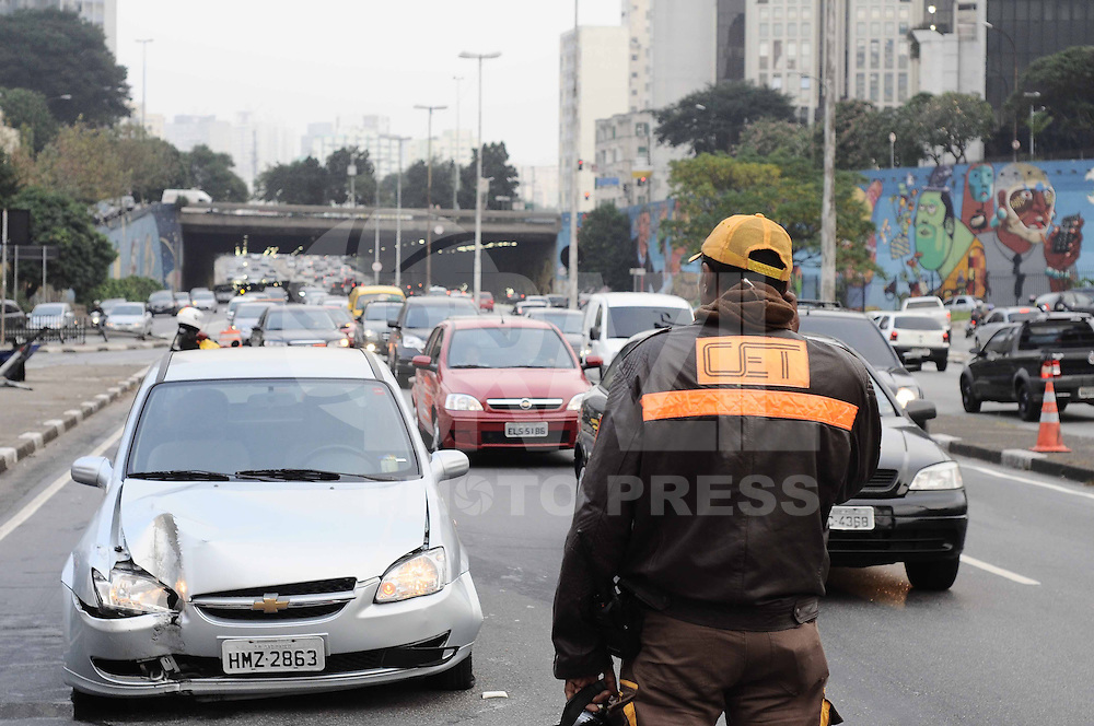 SAO PAULO, SP, 10 de MAIO 2013 - ACIDENTE TRANSITO - Um motorista perdeu o controle de seu veículo e bateu contra uma placa de sinalização na Avenida Radial Leste-Oeste, próximo ao Viaduto Jaceguai, no centro de São Paulo, na manhã desta sexta-feira (10). Foi encontrada uma lata de cerveja dentro do veículo. Além do motorista, havia mais três pessoas no carro. Ninguém ficou ferido  (FOTO: ADRIANO LIMA / BRAZIL PHOTO PRESS).
