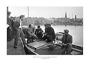 24 Meitheamh 1959<br /> D&oacute;nal &Oacute; M&oacute;r&aacute;in, Gael Linn, ag bualadh leis na hiascair&iacute;.<br /> <br /> Donal O'Morain of Gael Linn meets with the fishermen at Ringsend.