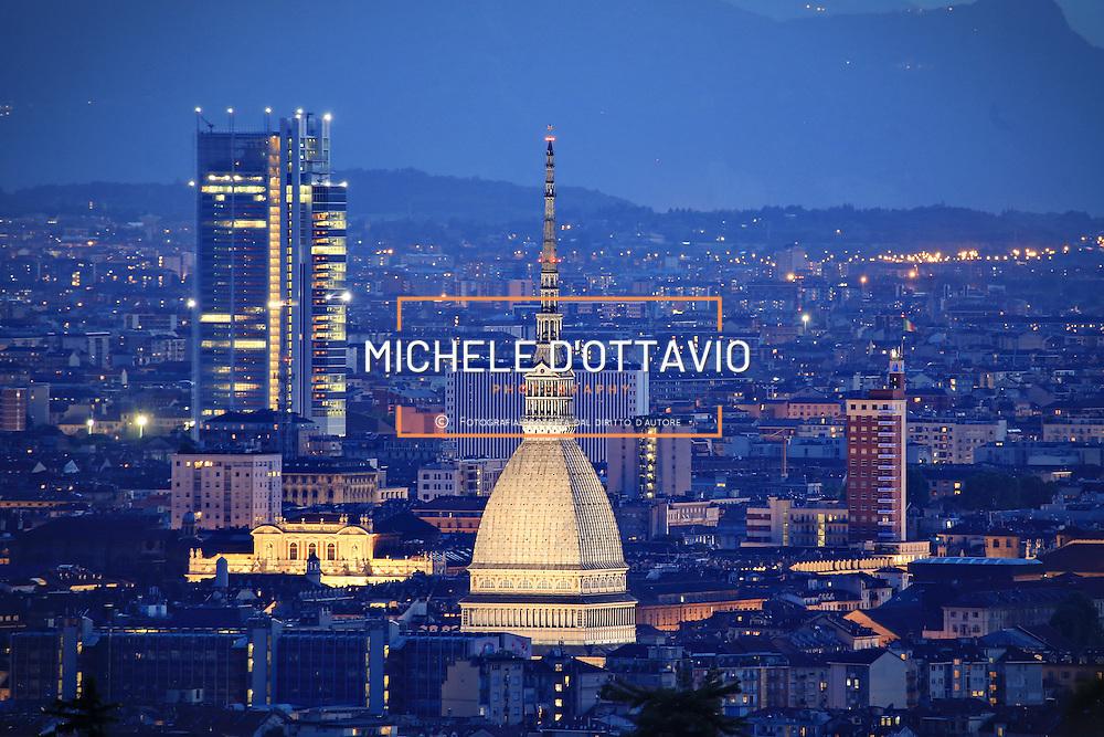 Veduta panoramica notturna di Torino, Mole Antonelliana e grattacielo di Intesa Sanpaolo.