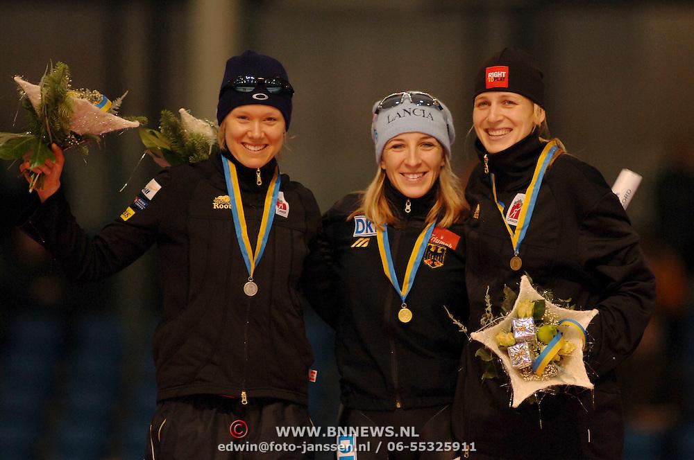 NLD/Heerenveen/20051204 - World Cup schaatsen 2005, 2de plaats Cindy Klassen, 1e plaats Anni Friesinger, 3e plaats Kristina Groves