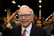 Berkshire Hathaway Chairman Warren Buffet wanders the company trade show before his company's annual meeting in Omaha, Nebraska April 30, 2011. Dozens of BH companies had displays in the building next to the site of the meeting.  REUTERS/Rick Wilking  (UNITED STATES)