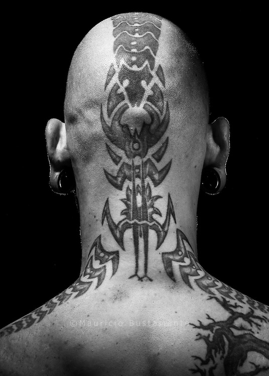 Mit Spiritualit&auml;t<br /> und Weisheit<br /> &bdquo;Das hat mein neuseel&auml;ndischer Kumpel<br /> Dan gemacht, ein Maori. Ihn habe ich auf<br /> einer Tattoo-Convention kennengelernt.<br /> Es hat gleich geklickt. &Uuml;ber das Motiv<br /> haben wir lange gesprochen. Es hat mit<br /> bestimmten inneren Erfahrungen zu tun,<br /> Stichwort Meditation. Für die Maori ist<br /> das sogenannte Whakapappa ganz<br /> wichtig. Das ist eine Art Genealogie:<br /> Wie entsteht etwas? Wo kommt alles<br /> Leben her? Wo kommt ein Gedanke her,<br /> eine Inspiration, was ist die Welt?<br /> Darüber habe ich n&auml;chtelang mit Dan<br /> diskutiert. Da trifft sich Spiritualit&auml;t,<br /> Quantenphysik und indigene Weisheit,<br /> das ist total spannend. Das floss alles<br /> ins Tattoo hinein. Das sind sogenannte<br /> Manaias, übernatürliche Fabelwesen.<br /> Sie k&ouml;nnen ganz unterschiedliche<br /> Bedeutungen haben, je nach Zusammenhang.<br /> Die Bedeutung liegt aber nicht<br /> in den Linien. Die haben nur eine Bedeutung<br /> wegen der Erfahrungen, die ich<br /> in Neuseeland gemacht habe. Ideal ist<br /> es, wenn die &auml;u&szlig;eren Linien den inneren<br /> Ausdruck widerspiegeln.&ldquo;<br /> Elvis (38) hat ein Custom Tattoo<br /> Studio in Hamburg.