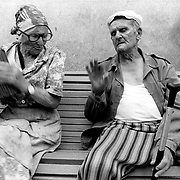 ©  christian  JUNGEBLODT..TADSCHIKISTAN - Rentner in einem  staatlichen Altenheim.im Zentrum von Khodjent.Ehepaar - ihre Rente liegt zwischen US $ 2 und 5).Durch Lebensmittelverteilungen u.a. durch die Deutsche.Welthungerhilfe wird die Not der alten Menschen etwas.gelindert ....HERE : TADJIKISTAN - pensioners in a statal home - their.monthly pension fee is between 2 and 5 US $ ....Tadjikistan - in the centre of Hodjent - bus stop from.former comunist times...