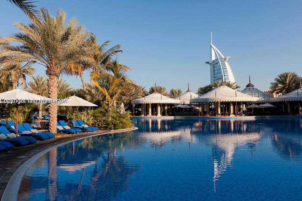 Las piscinas más impresionantes del planeta Madinat-hotel-23