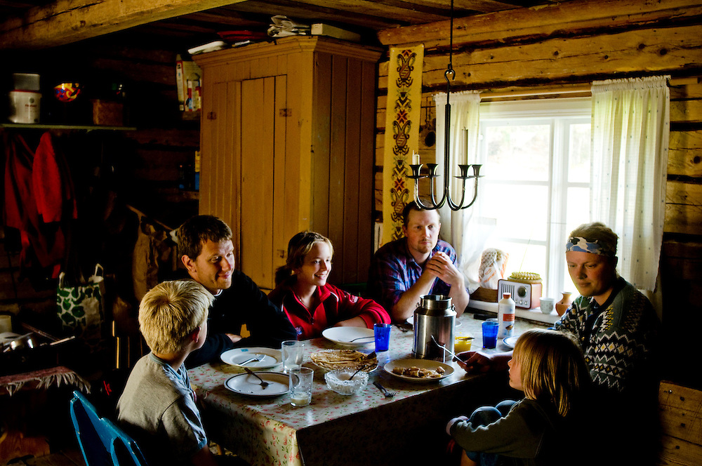 "Lunch after the morning's work on a ""fäbod"" in Dalarna, Sweden. ..At the table from left counter-clockwise: Casper Axelsson 10, Chris Maluszynski (the photographer), Linnea Axelsson 13, Robert Axelsson 31, Anna Axelsson 29, Evelina 6....Photographer: Chris Maluszynski /MOMENT"