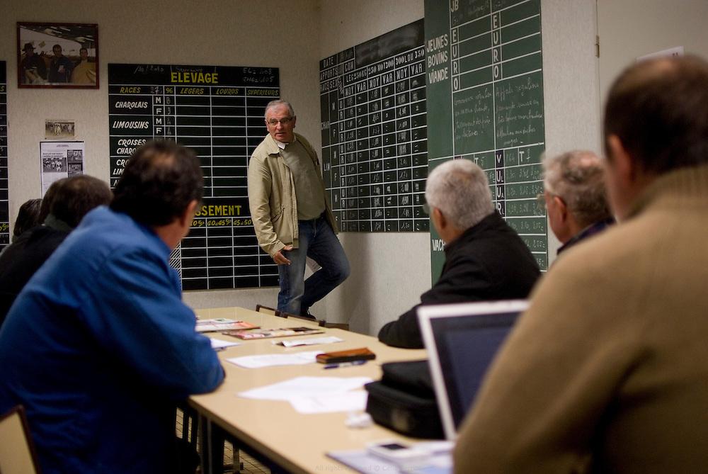 Mr Proust, directeur du marché aux bestiaux de Lezay, Poitou-Charentes, le mardi de 5h30 à 9h30. Deuxième marché national de France. Vente principalement destinée à l'Espagne et à l'Italie. Automne 2010.