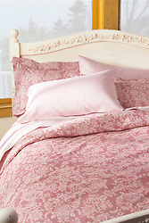 grand twal Bed with linens