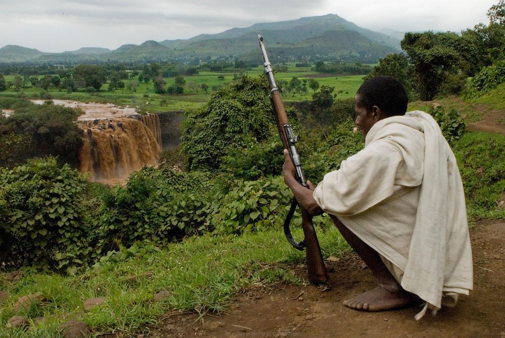 """À 35km au sud du Lac Tana, les chutes du Nil Bleu ou """"Tessessat"""" qui signifie """"l'eau qui fume"""" en Amharique sont hautes de 50 mètres. Louées au 18éme siècle pour leur beauté par l'explorateur Écossais James Bruce et longtemps considérées comme les plus belles du continent, voir du monde, les chutes du Nil ont aujourd'hui perdu de leur superbe. En effet une grande partie des eaux est détournée au profit du barrage Italien, laissant les chutes aux trois quart nues. Éthiopie août 2011."""