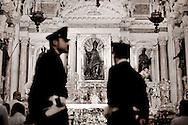 NAPOLI. DUE POLIZIOTTI NELLA CAPPELLA DI SAN GENNARO NEL DUOMO DI NAPOLI