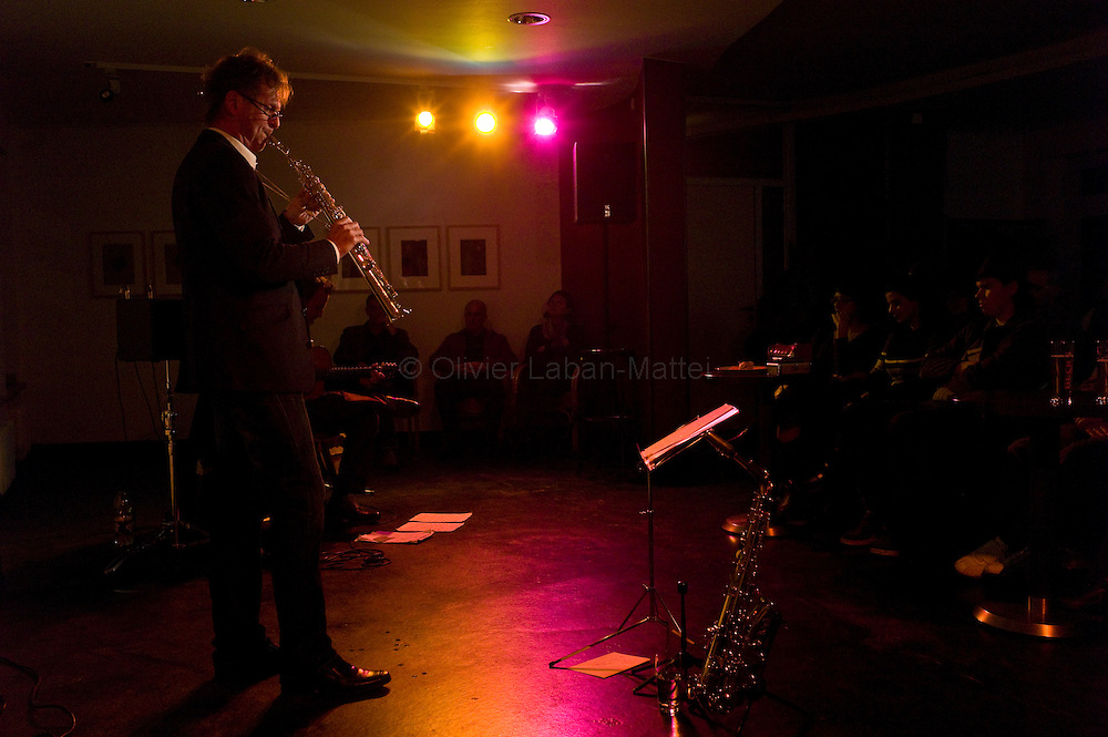 Le 22 octobre 2011, frontière Allemagne / Belgique, près d'Aix La Chapelle, RN 68. Un musicien joue lors d'un concert de jazz organisé dans l'ancien poste frontière allemand de Köpfchen transformé en bar et salle culturelle.