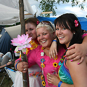 Fosninger hadde Hawaii som tema på årets Sommerfestival. F.v. Carina Sundet og Kathrine og Marie Skjævik.  Foto: Bente Haarstad Sommerfestivalen i Selbu er en av Norges største musikkfestivaler. Sommerfestivalen is one of the biggest music festivals in Norway.