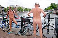 AMSTERDAM - Een deelnemer tijdens de achtste Nederlandse editie van de World Naked Bike Ride. Met de blote fietstocht, die op tientallen plaatsen ter wereld wordt gehouden, willen de fietsers mensen bewust maken van het teveel aan auto's en de milieuvervuiling die daarmee gepaard gaat. ANP ROBIN UTRECHT
