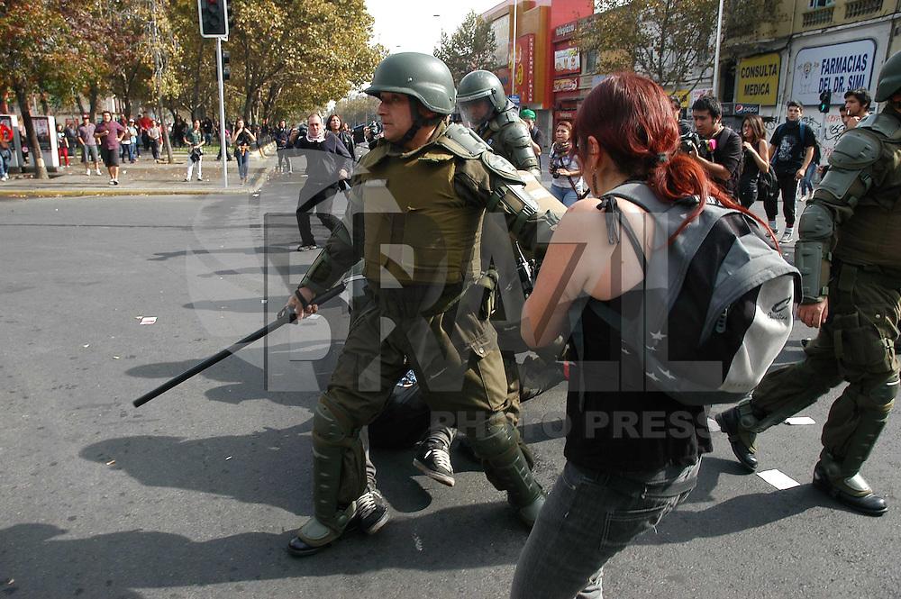 SANTIAGO, CHILE 01 DE MAIO DE 2012 - DIA DO TRABALHADO CHILE - Conflito entre policiais e manifestantes durante as comemoracoes do dia do trabalhador na regiao central de Santiago do Chile capital do Chile, nesta terca-feira, 01. (FOTO: PABLO VERA-LISPERGUER / BRAZIL PHOTO PRESS).