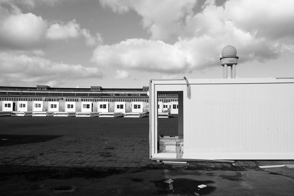 Germany - Deutschland - BERLIN, Flughafen Tempelhof, Tempelhofer Feld, Containerdorf f&uuml;r Gefl&uuml;chtete, Fl&uuml;chtlinge, Fl&uuml;chtlingsunterkunft im Bau, Baukosten, Vergabepolitik; Die geplante Unterkunft wird u.a. auch auf einer Wiese neben dem Flughafenbeb&auml;ude gebaut; Aktuell plant die BIM auf der Feld-Wiese &ouml;stlich des Vorfelds die<br /> Aufstellung von 974 Containern f&uuml;r 1.120 Menschen; Refugees in Berlin; new Container housings, village with 974 containers in construction &hellip; Berlin, 11.03.2017; &copy; Christian Jungeblodt