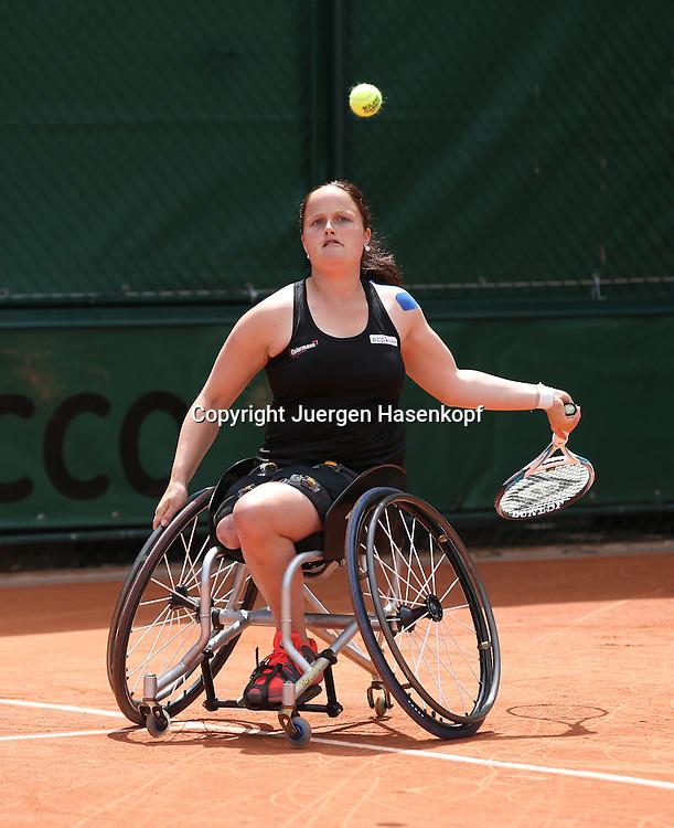 French Open 2014, Roland Garros,Paris,ITF Grand Slam Tennis Tournament, Rollstuhl Tennis,<br /> Aniek Van Koot (NED),Aktion,Einzelbild,<br /> Ganzkoerper,Hochformat,