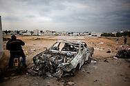 TUNISI. LA CARCASSA DI UN AUTO BRUCIATA NEL QUARTIERE TUNISINO LA MARSA;