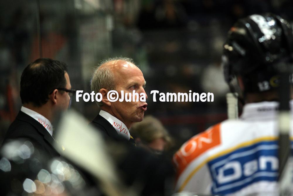 08.10.2009, H?meenlinna..J??kiekon SM-liiga 2009-10.HPK - K?rp?t.P??valmentaja Matti Alatalo - K?rp?t.©Juha Tamminen.