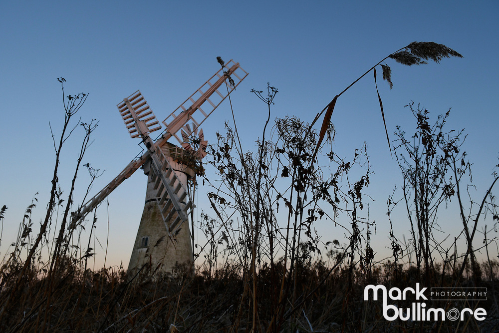 Thurne, Norfolk. 29th Dec, 2016. UK Weather - a cold and frosty start to the day at Thurne Windmill on the Norfolk Broads. Thurne, Norfolk, UK<br /> <br /> Picture: MARK BULLIMORE