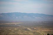 De highway 305 tussen Austin (Nevada) en Battle Mountain (Nevada) door de woestijn.<br /> <br /> The state route 305 between Austin (NV) and Battle Mountain (NV) in the desert.