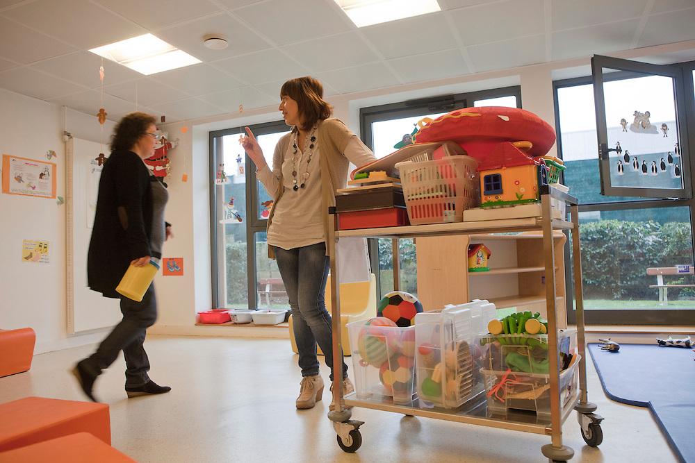 Isabelle et Corinne, puéricultrices, organisent l'espace pour accueillir parents et enfants qui viennent pour les consultations pédiatrie. PMI Amédée Laplace, Créteil, 24 janvier 2013.