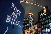 USA New York Manhattan Empire State Building Post No Bills aus der Serie Night Vision Nacht Nachtaufnahme