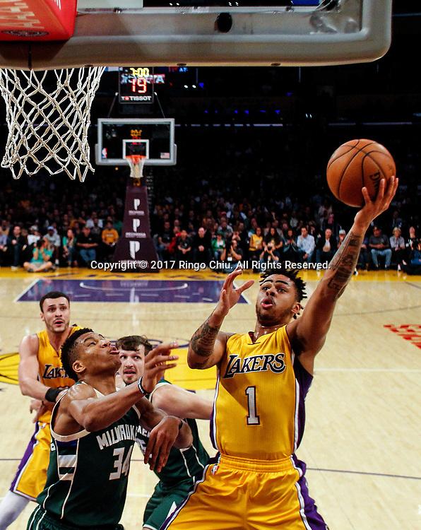 3月17日,洛杉矶湖人队球员丹吉洛-拉塞尔(右)在比賽中上篮。 当日,在2016-2017赛季NBA常规赛中,洛杉矶湖人队主场以103比107不敌密尔沃基雄鹿队。 新华社发 (赵汉荣摄)<br /> Los Angeles Lakers guard D&rsquo;Angelo Russell (#1) goes up for a layup against Milwaukee Bucks during an NBA basketball game, Friday, March 17, 2017.(Photo by Ringo Chiu/PHOTOFORMULA.com)<br /> <br /> Usage Notes: This content is intended for editorial use only. For other uses, additional clearances may be required.