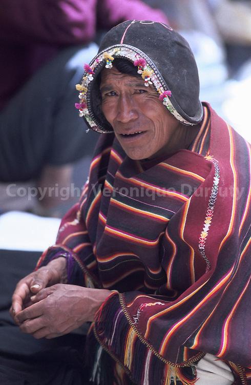HOMME INDIEN AU MARCHE DE TARABUCO, EN BOLIVIE