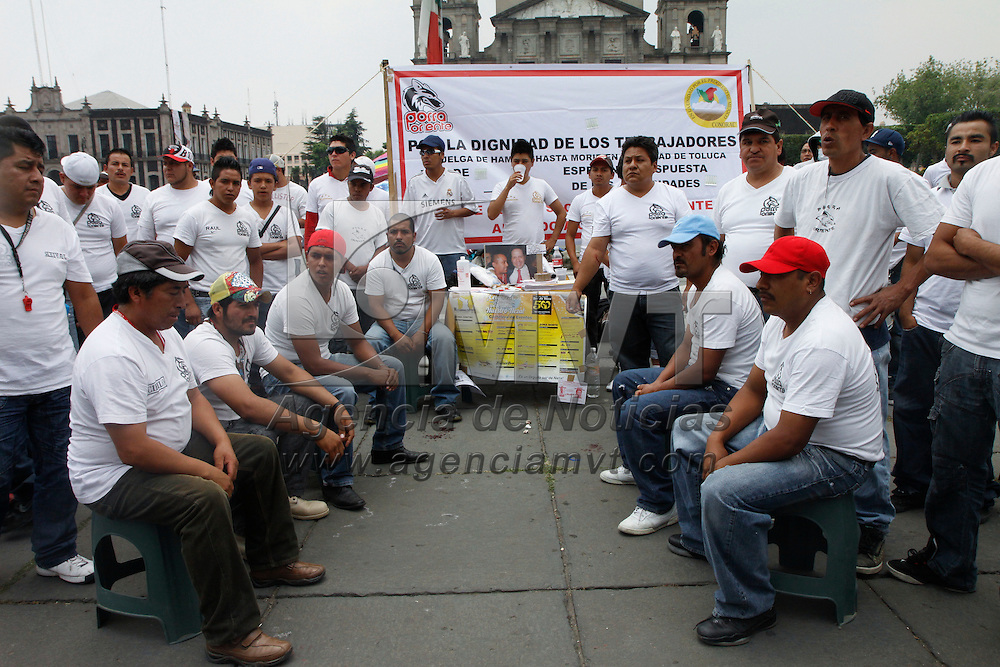 Toluca, México.- Trabajadores del servicio de limpia de Neza se manifestaron frente a Palacio de Gobierno exigiendo el pago de sus salarios, ya que desde inicios de año se suspendió el pago de estos, también piden la destitución del actual presidente municipal.  Agencia MVT / Crisanta Espinosa