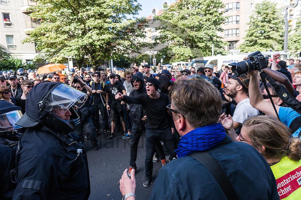 Aktivisten und Polizisten geraten während der 1. Welle der Blockupy Proteste am 02.09.2016 in Berlin, Deutschland aneinander. Das Bündnis versuchte das Ministerium für Arbeit und Soziales zu blockieren um gegen die Politik der Verarmung, Ausgrenzung und sozialen Spaltung zu protestieren. Foto: Markus Heine / heineimaging
