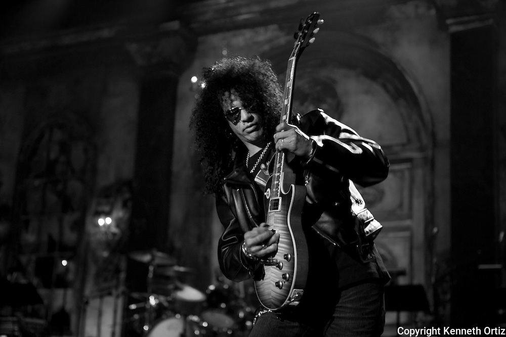 Slash playing a mad riff with Velvet Revolver at a sound check at the 2007 Rock 'N' Roll Hall of Fame induction ceremony.