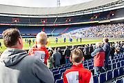 ROTTERDAM - Laatste training voor de Klassieker van Feyenoord , Voetbal , Eredivisie , Seizoen 2016/2017 , Stadion de Kuip , 22-10-2016 , Vader met zijn 2 zoons kijkt naar de training van Feyenoord