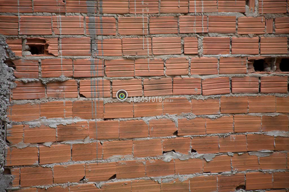Parede de tijolos de barro em favela de Osasco / A brick-built wall in a slum in Brazil.