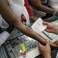 Il braccio appena tatuato di una pellegrina etiope viene curato da Antone, padre di Wassim