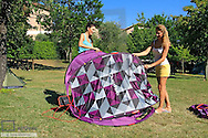 Zwei junge Frauen im Campingurlaub mit dem Zelt..Two young women camping in a tent..20s, 25-30, adult, attractive, beautiful, camping, carefree, caucasian, cheerful, curiosity, curious, enjoying, female, getting, girl, glad, happiness, happy, holidays, leisure, mid, nature, two, outdoors, people, person, smiling, tent, vacations, vitality, watching, woman, women, 2, friends, together, years, young (Modellfreigabe)