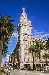 Montevideu, Uruguai..Montevideo, Uruguay. Montevideo is Uruguay's capital..Praca da indepencia, entrada da cidade antiga.Plaza de la Independencia..Foto © Adri Felden/Argosfoto
