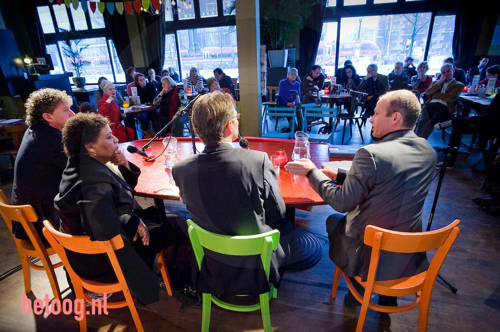 """PvdA lijsttrekkersdebat voor het europeesparlement in """"Media Art Cafe Berlijn"""" in Enschede d.d. 30-11-2008..Aanwezig de vier kandidaten voor de functie van lijsttrekker: Hanna Belliot,Thijs Berman, Kris Douma en Jack Monasch..Verder aanwezig een aantal pvda-ers uit de lokale politiek en bar weinig geinteresserde burgers."""