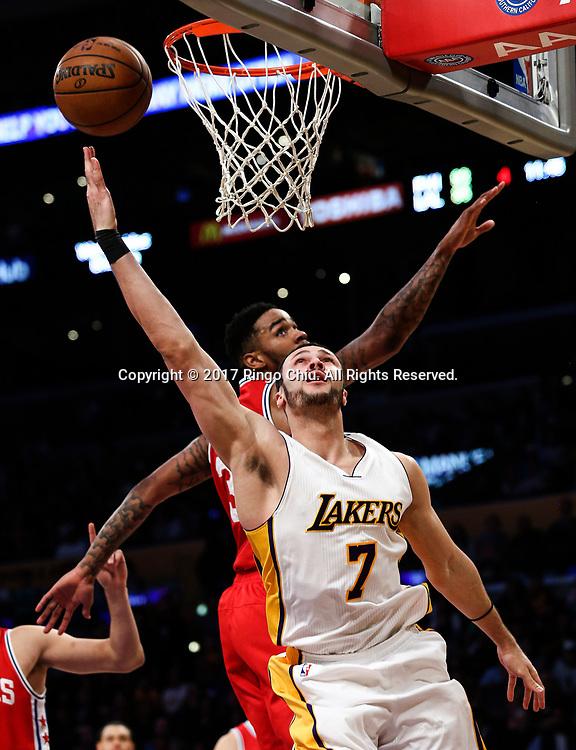 3月12日,洛杉矶湖人队球员小拉里&middot;南斯(前)在比賽中上篮。 当日,在2016-2017赛季NBA常规赛中,洛杉矶湖人队主场以116比118不敌费城76人队。 新华社发 (赵汉荣摄)<br /> Los Angeles Lakers forward Larry Nance Jr. (#7) goes up for a layup against Philadelphia 76ers during an NBA basketball game Tuesday, March 12, 2017, in Los Angeles. <br /> (Photo by Ringo Chiu/PHOTOFORMULA.com)<br /> <br /> Usage Notes: This content is intended for editorial use only. For other uses, additional clearances may be required.