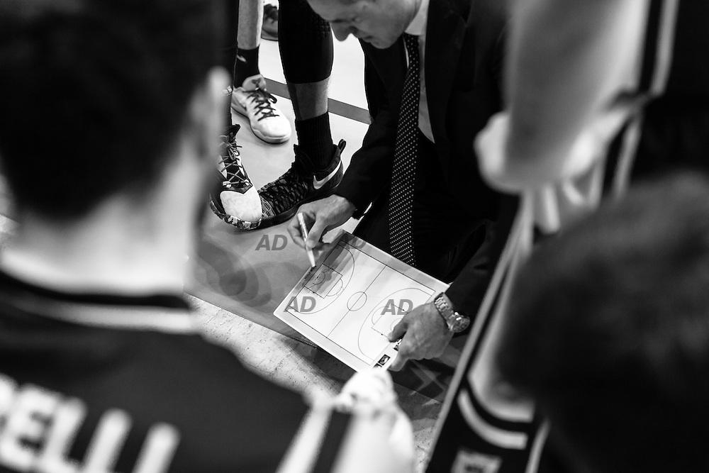 L'allenatore della Pasta Reggia Caserta, Sandro Dell'Agnello sprona i suoi giocatori.<br /> Caserta &egrave; l&rsquo;unica citt&agrave; del sud a vantare un titolo nella pallacanestro agli inizi degli anni 90, al tempo Phonola Caserta, oggi Pasta Reggia Caserta. Dopo essere praticamente scomparsa alla fine degli anni 90 &egrave; ricomparsa nel 2003 iscrivendosi in serie B e nel 2008 &egrave; tornata in serie A.<br /> Dopo cinque sconfitte consecutive la Pasta Reggio di Caserta vince a Reggio Emilia un incontro intenso e vibrante al termine del tempo supplementare. A 30&rdquo; dalla fine era sotto di tre punti, Prima Putney fa un canestro da 3 punti e poi a 2&rdquo; il nuovo arrivato Diawara segna il punto della vittoria.