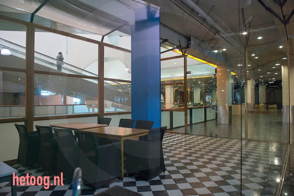 """Nederland, Enschede, 18april2013 Enschede heeft veel / meer dan gemiddeld leegstaande winkelpanden in het centrum van de stad. Hier winkels in """"de Zuidmolen' een vrijwel verlaten winkelcentrum."""