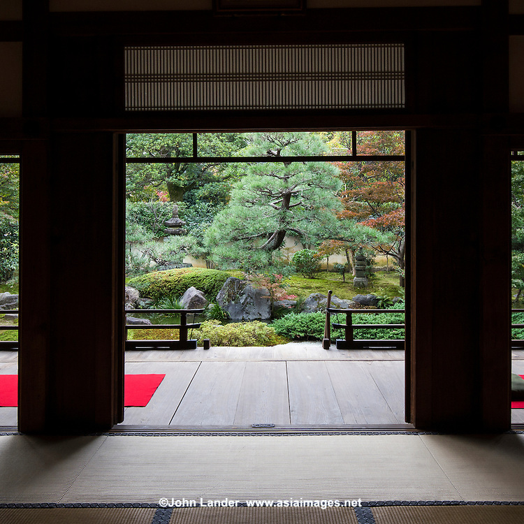 Shoden Eigen-in is a sub-temple of Kennin-ji.  At the time of foundation, Shoden Eigen-in was two separate main temples: Shoden-in and Eigen-an.  Shoden-in Temple was established in 1264 by the Zen priest, Gio Shonin.  The temple was restored in the fifteenth century by Oda Urakusai, a student of the tea master, Sen-no-Rikyu. Oda Urakusai practiced tea ceremony at the temple and for that purpose built a detached teahouse named Jo-an.  Eigen-an Temple was established in 1346 by the Zen priest, Mugai Ninko. This temple also was patronized by Japanís military leaders. The two temples were merged into one by the statesman Hosokawa Moritatsu. The temple formed from the merger was named Shoden Eigen-in.  Shoden Eigen-in is famous for the artistry of the templeís partition paintings, for Jo-an teahouse, and for its beautiful garden.  The garden is only open on special occasions, usually during April and November for sakura and momiji viewing.
