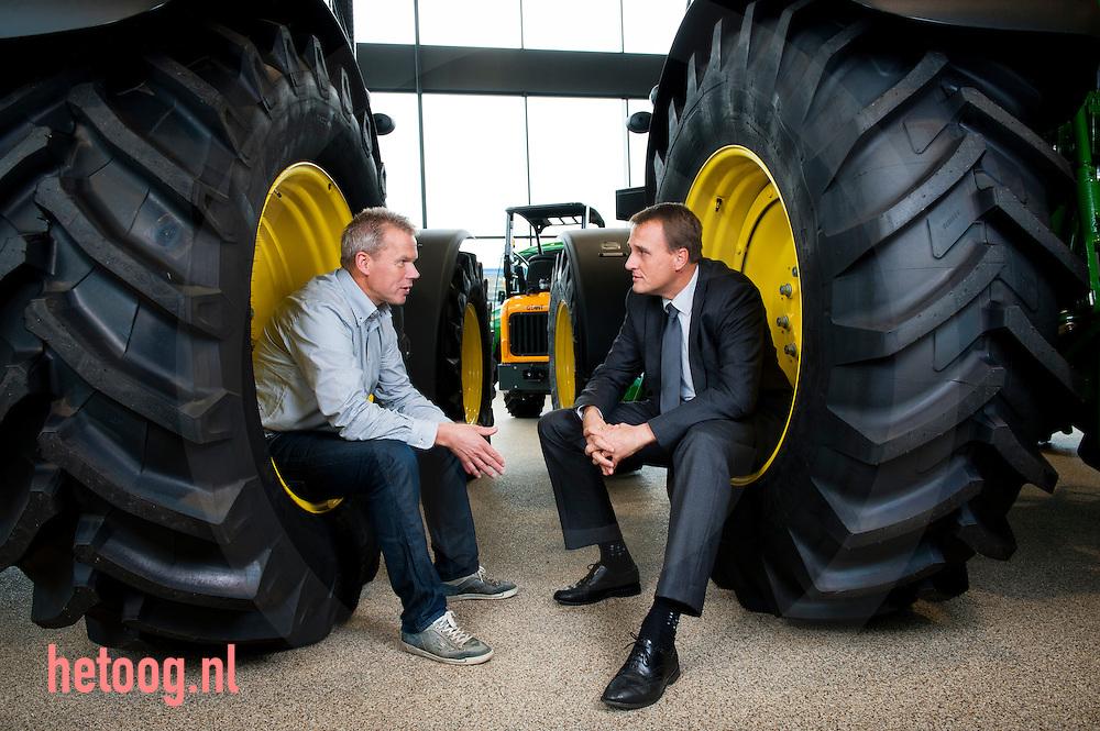 Nederland, Goor, 10okt2011  Jan de Winkel (l) samen et de relatie medewerker van de bank in de showroom van Jan de Winkel 'landbouwmechanisatie' in Goor.
