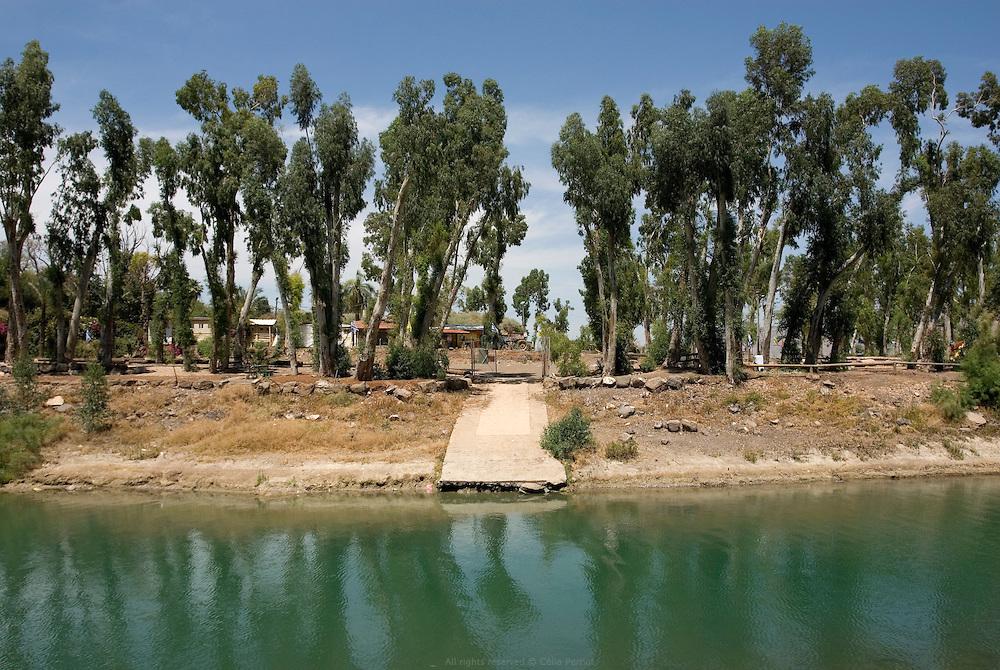 Point de sortie du Jourdain du Lac de Tibériade. Le niveau de l'eau a tellement baissé qu'une station de pompage a été installée pour maintenir l'écoulement du fleuve. Les seuls kilomètres du fleuve a être considérés propres et naturels sur ses 360 km de long sont situés entre les barrages Degania et Alumot. Israël mai 2011