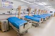 De verpleegafdeling, hier worden voor het eerst namen bij de pati&euml;nten gebruikt. Bij het calamiteiten hospitaal in Utrecht worden slachtoffers van grote rampen als eerste behandeld. Afhankelijk van de ernst van de verwonding, wordt het slachtoffer ingedeeld in rood, geel of groen. Het hospitaal is uniek in Europa en is gevestigd in de voormalige atoombunker onder het UMC Utrecht.<br /> <br /> The nursery of the trauma and emergency hospital.  At the basement of the UMC Utrecht a special hospital for emergency and major incidents is based. Patients are being labelled by number and depending on the injuries they will be transported to the zone red, yellow or green.