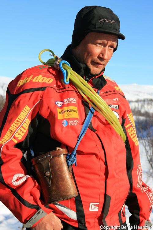 Vårflytting Essand reinbeitedistrikt. Dan Lennart Bendiksen er klar for ei ny økt. All reklamen på jakken skyldes at han jobber i snøskuterteamet til crosskjøreren Lars Østby Nilsen.